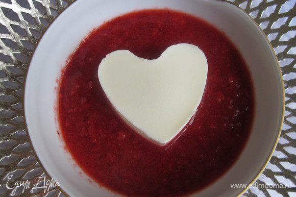 Клубнику взбить с сахарной пудрой. На тарелку налить перетёртую клубнику и выложить сердечко. Приятного аппетита!