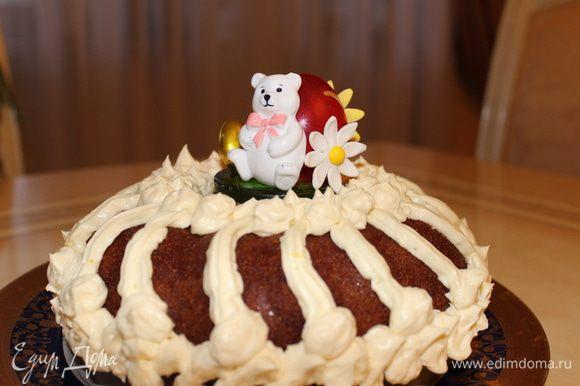 Я такой кекс готовила во время пасхальной недели...поэтому декорировала его соответствующим образом...сахарными фигурками с праздничными символами