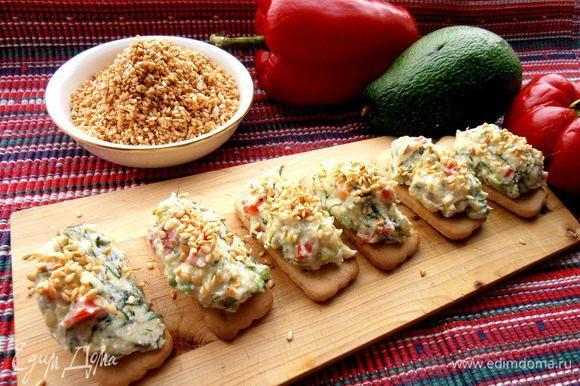 Очень вкусно с такой творожно-сырной закуской на печенье...(http://www.edimdoma.ru/retsepty/55729-syrno-tvorozhnaya-zakuska-na-pechenie)