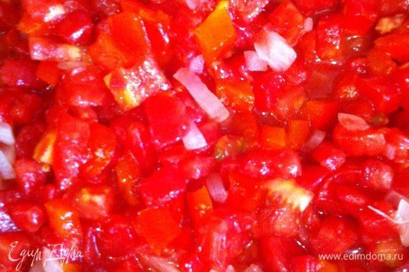 Добавить помидоры с перцем болгарским и тушить около 5-7 минут.