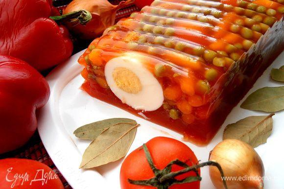 Стараемся отрезать порцию посередине яйца, тогда будет красивый разрез))