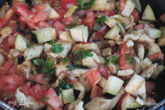 Добавить мякоть баклажанов, помидоры, петрушку и базилик, корицу, посолить, поперчить и тушить 10 минут.