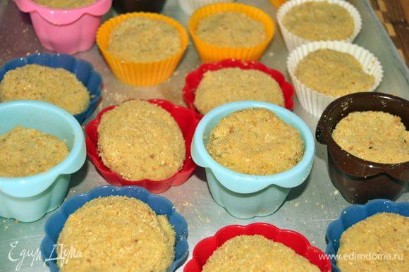 Еще можно котлетки запечь в духовке. Для этого собираем все формочки, какие есть в вашем хозяйстве. Смазываем маслом и выкладываем котлетки.