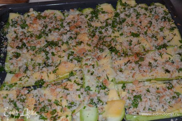 Кабачки выкладываем в форму для запекания в один шар. Смазываем оливковым маслом, выкладываем сверху пластинки сыра и посыпаем хлебными крошками с зеленью. Поливаем немного ол.маслом. Запекаем 30-40 минут при темп.180 гр.
