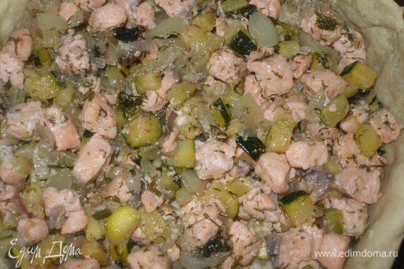 Рыбу с овощами выложить на основу.