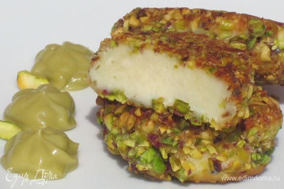Подавать сырники с фисташковым кремом. Приятного аппетита:)