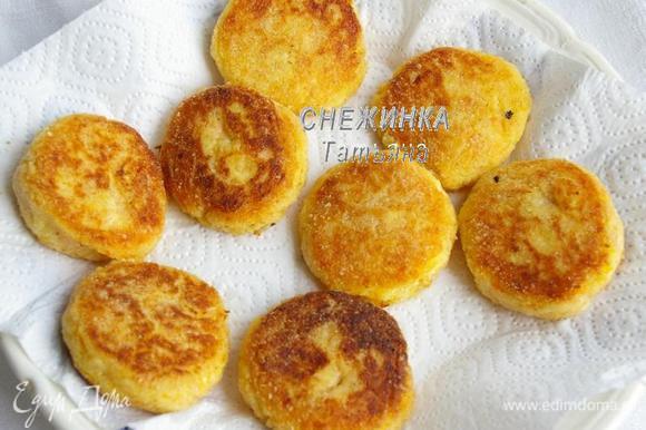 Жарим в небольшом количестве растительного масла на хорошо разогретой сковороде с двух сторон. Готовые сырники выкладываем на бумажное полотенце, чтобы избавиться от лишнего масла.