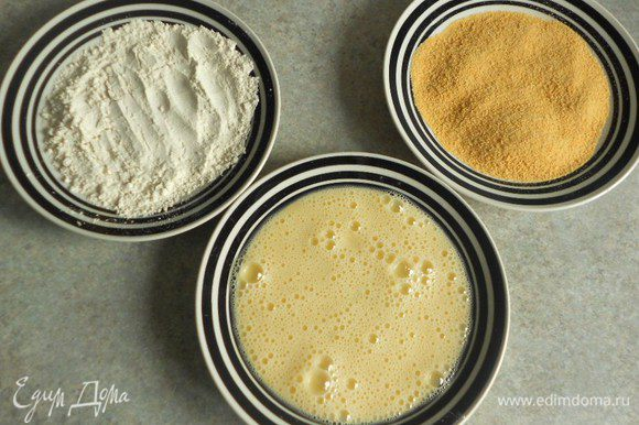 В 3 тарелках приготовьте муку, яйцо и панировочные сухари.