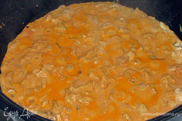 Добавить томатную пасту. Она придаст пикантность и слабую кислинку. Еще пару минут и курица по-строгановски готова.