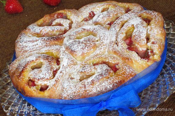 Пирог хорошо остудить и посыпать сахарной пудрой. Приятного аппетита:).