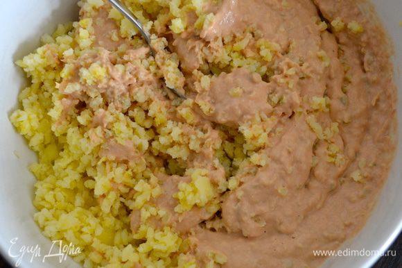 Выложить полученную смесь к картофельному пюре. Как следует перемешать и добавить по вкусу соль, если требуется.