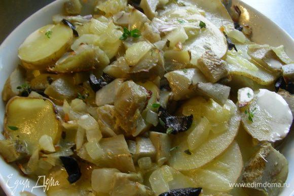Поливаем сливками. Посыпаем оставшимся тимьяном и ставим в духовку еще минут на 15-20, до готовности картофеля (фольгой можно не накрывать; если будет сильно поджариваться, тогда можно прикрыть).