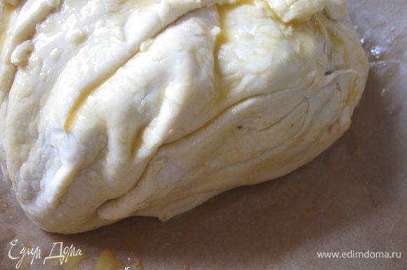 Собрать тесто «мешком», защипить наверху, лишнее срезать.