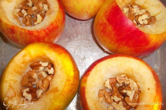 Яблоки вымыть и вынуть сердцевину. Положить в каждое по 1 ч ложке сахара и немного грецких орехов. Запекать в духовке до готовности...
