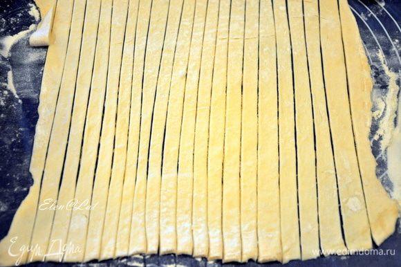 Способ приготовления: Куриный фарш смешать с мелко нарезанным репчатым луком, можно прокрутить через мясорубку, добавить яйцо, соль, перец. Слоеное тесто разморозить, раскатать в пласт 0,5 см толщиной и нарезать тонкими полосками.