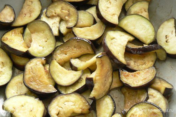 Баклажаны порезать на ломтики. Немного обжарить ломтики баклажанов, используя 2 ст л оливкового масла