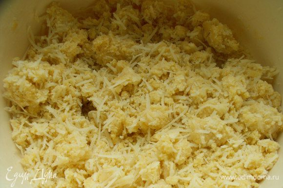 Добавляем тертый сыр, соль, перец и замешиваем крутое тесто.
