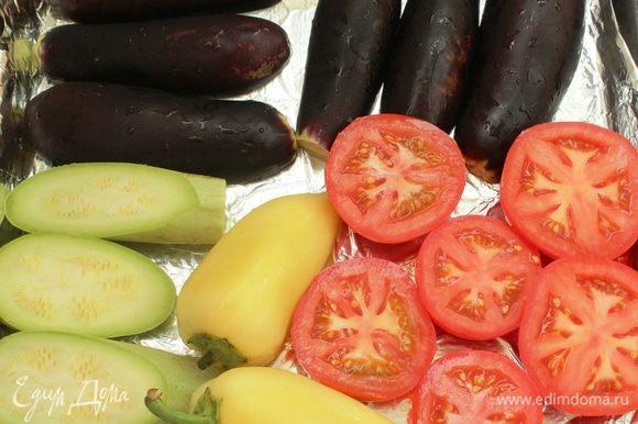Сегодня я делала небольшую порцию этой икры... У меня 3 баклажана, одна головка чеснока, один кабачок, 3 помидора и 2 перца. Овощи помыть, разрезать пополам (кроме перцев) и выложить на обильно смазанный оливковым маслом противень.