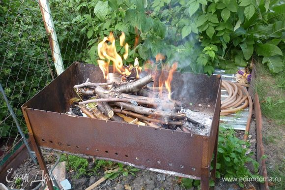 Разжигаем костер в мангале. лучше брать не угли, сделанные неизвестно из чего, а сделать дровишки фруктовые, ароматные, без сосновой смолы
