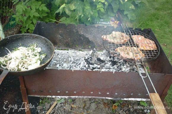 Решетку с мясом регулярно переворачиваем для равномерной прожарки. и когда мяско уже золотистое, на горячую сковороду высыпаем лук. он не должен жариться, а лишь немного прогреться, стать добрым и мягким