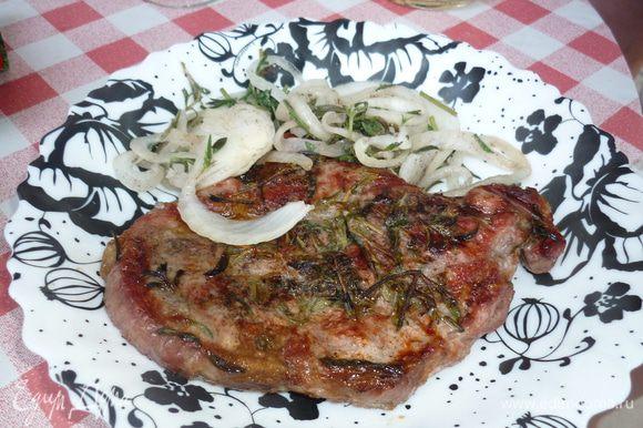 На тарелку кладем мясо, лук и скорее к столу, вкусно еще и с помидорами. ну кетчуп...ну тоже подойдет. наслаждайтесь. это бесподобно