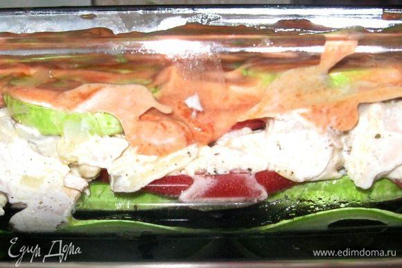 Выкладываем все ингредиенты слоями: кабачки,помидоры,сверху массу из мяса,лука,сметаны и сыра,сверху помидоры и все накрываем кабачковыми кружочками)) Смешиваем 100 г сметаны с кетчупом или томатной пастой,смазываем верхний слой кабачков и отправляем все это в духовку. Выпекать при 180 градусах 20 мин. Затем посыпать тертым сыром,смешанным с зеленью, и снова все отправить в духовку на 4 мин.