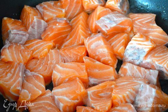 Духовку включить разогреваться на 200 С. Теперь очистить филе рыбы от кожи и нарезать филе кусочками. В глубокой сковороде разогреть небольшое количество оливкового масла и слегка обжарить в нем кусочки рыбы. Буквально 5 минут.