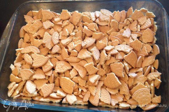 В форму крошим крупно печенье