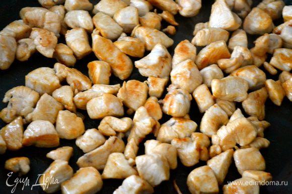 На сковороду, где обжаривался картофель, выкладываем кусочки курицы. Доводим до готовности. Солим, перчим по вкусу.