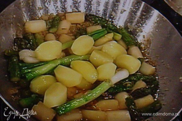 Добавить зелёный лук и картошку, обжарить так же в течении 2 мин.