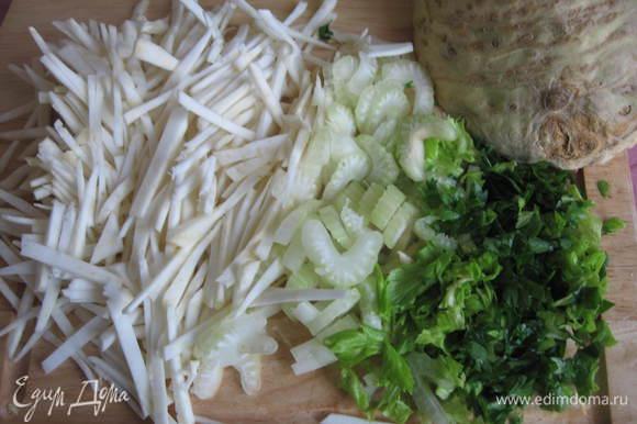 Зелень и стебель сельдерея помыть, мелко порезать. Корень сельдерея почистить и нарезать соломкой.