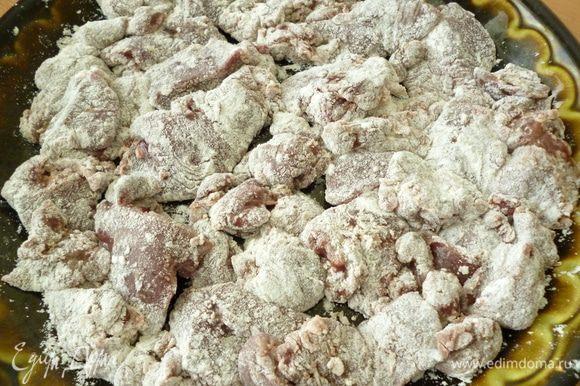 Куриную печень почистить от прожилок,слегка посолить и поперчить,хорошо обвалять в муке.Затем быстро обжарить в сковороде с растительным маслом с двух сторон (примерно по 1-2 минуты с каждой стороны) до легкой золотистой корочки.Обжаренную печень убрать в отдельную посуду и накрыть крышкой