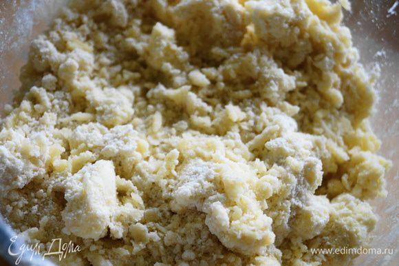Сливочное масло, сахар, соль и муку перетереть в крошку