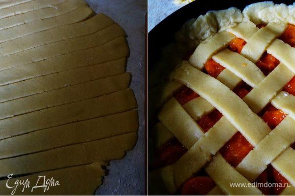 """Вторую часть раскатать, разрезать на не очень тонкие (иначе при выпекании порвутся) полосочки, и покрыть абрикосы """"решеткой""""."""