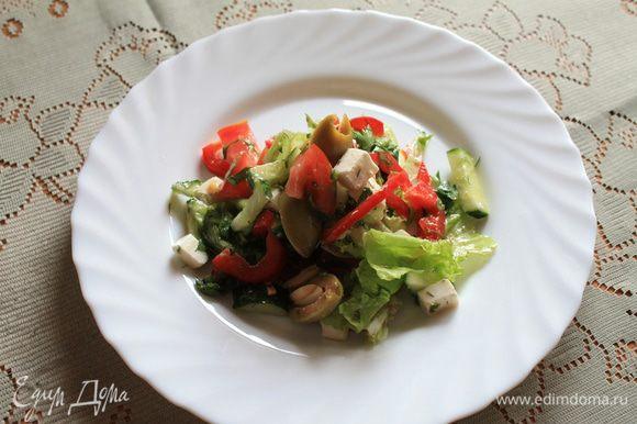 Помидор, огурец, перец порезать соломкой, оливки разрезать пополам, сыр порезать кубиками, зелень салата порвать руками на кусочки, мелко порезать петрушку и укроп. Посолить, поперчить. Заправить бальзамическим уксусом и оливковым маслом. Приятного аппетита!