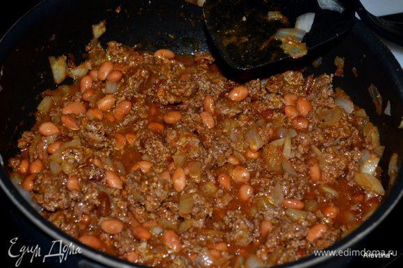 Разогреть духовку до 200 гр. На разогретой сковороде обжарить лук, добавить фарш и обжаривать вместе. Добавить затем томатный соус и Тако специи, фасоль,перемешать все вместе несколько минут.