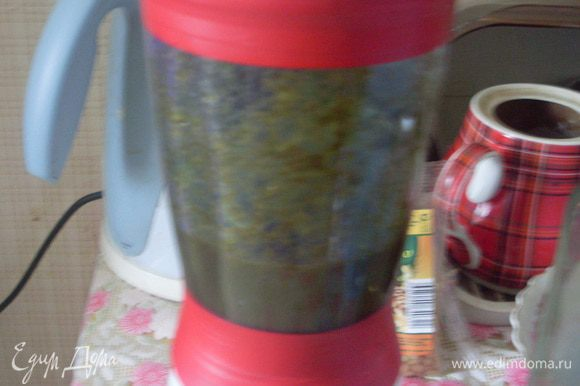 Сложить базилик в блендер, добавить масло и взбить.