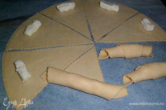 В каждый треугольник я положила половинку сырка и свернула в рогалик