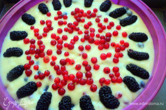 В тесто добавить 2/3 ягод, перемешать. Форму Ф-24-26 см смазать маслом (у меня форма силиконовая, поэтому не смазывала), вылить тесто, сверху украсить ягодами. Выпекать при температуре 190 градусов 45-50 минут.