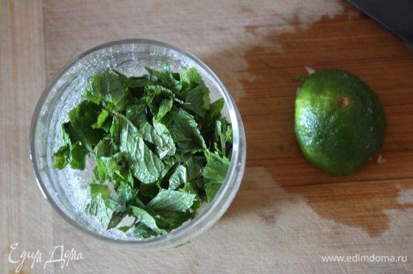 Сначала нужно залить желатин холодной водой, так чтобы он был покрыт водой толщину пальца и размешать. Оставим на 10 минут. Если листовой, то разделяем листочки и кладем в холодную воду. Молоко доводим до кипения. Пока закипает молоко, нарежем мяту мелко,смешаем с сахаром и соком лайма и подавим немного, чтобы мята дала сок.