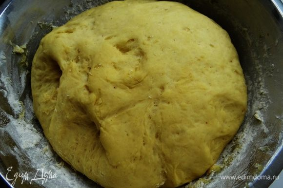Когда Вы решите приступить, то выложите тесто на доску, посыпанную мукой, раскатайте в лепешку толщиной около сантиметра. Стаканом нарезать кружки-пончики. Оставить на полчаса для подхода. Налить в глубокую сковороду с толстым дном растительного масла без запаха, примерно на 1-1,5 см высотой. Нагреть на среднем огне. Жарить с двух сторон до красивого зарумянивания.