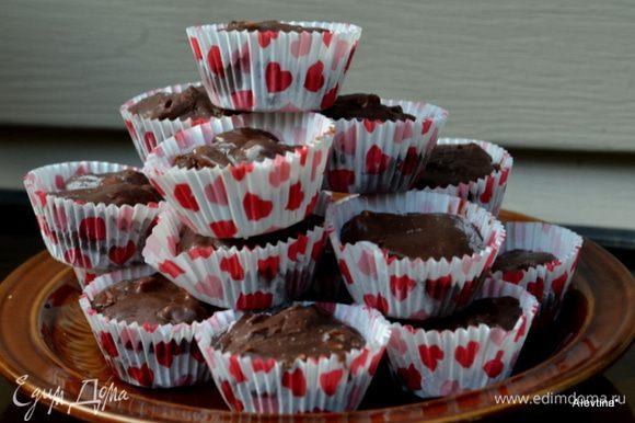 Достанем фадж, разрезаем на порции, если у вас в квадратной форме, и наслаждаемся шоколадно-пряным вкусом.