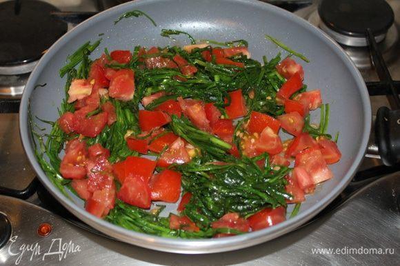 Порезанные помидоры добавить к джусаю, перемешать. Как только помидоры дадут сок, добавить оба вида фасоли, хорошо перемешать.