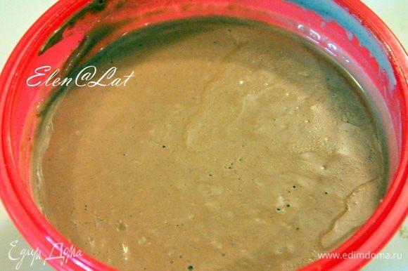 Теперь печем коржи. Растопите шоколад и остудите до комнатной температуры. Сливочное масло комнатной температуры, шоколад, щепотку соли и ваниль соединить и взбить миксером. Не прекращая взбивать массу постепенно добавить желтки. Отдельно взбить белки до крепкой пены, постепенно всыпать в белки сахар. Взбить до твердых пиков. Взбитые белки добавить в шоколадную смесь и аккуратно перемешать до однородности. Мешать только лопаткой. Аккуратно добавить муку, перемешивая также лопаткой или ложкой.