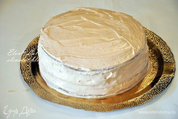 Теперь снять разъемное кольцо и переложить торт на блюдо. Нанести по всей поверхности торта оставшийся крем, разровнять.