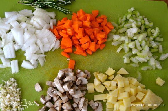 Включить разогреваться духовку на 180 С. Помыть и очистить овощи. Лук, морковь, картофель, сельдерей нарезать небольшими кубиками одинакового размера . Мелко порубить чеснок. Грибочки нарезать одинакового размера со всеми остальными овощами кубиком.
