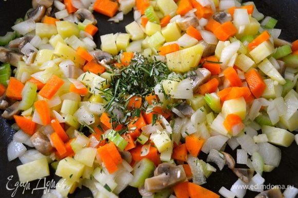 """В большой сковороде разогреть оливковое масло и выложить все нарезанные овощи обжариваться на среднем огне. Отделить """"иголочки"""" розмарина и мелко порубить. Добавить розмарин к овощам."""