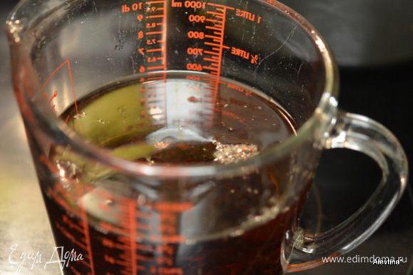 Приготовить чай, заварить пакетики с мятой, залив 3-5 стакана кипятка. Дать постоять 5 мин. Добавить сахар и дать ему разойтись. Как остынет приготовить все для коктейля.