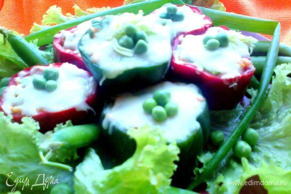 Подаём на салатных листьях горячий вкусный перекус или даже ужин)))