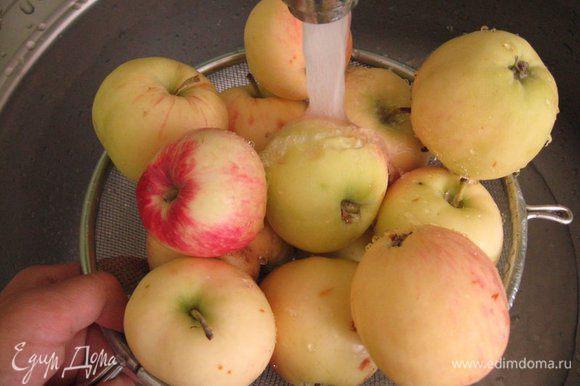 Взяла столько яблок, сколько поместится в форме для запекания. Тщательно вымыла.